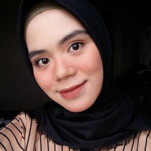 Holaaa.. Makeup selama aku mudik kemarin kurang lebih begini beautiesAku cuma pake satu produk lohh buat bibir dan pipi, tebak aku pake produk apaa?💜 #lipstick #lipcream #makeuplook #makeuplooks #naturalmakeup #dailymakeup #beautygram #beautyvlog #beautybloggers #beautyblogger #beautyproduct #beautyinfluencer #beautyinfluencer #clozette #clozetteid