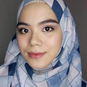 Hi. Bentar lagi kan bulan puasa, biasanya udah mulai rencanain acara bukber nih😊 dari TK sampe grup emak2 kali ya😂 Tapi inget loh, meskipun bukber dan ngumpul sama temen-temen, ibadahnya jangan sampe ketinggalan. Cari tempat ngumpul yang sedia Mushola yang nyaman. Nah, kali ini aku buat simple makeup look buat acara buka bersama. Ga perlu heboh yaa, simpel aja gaess💐#hijab #hijabstyle #makeuplook #makeuptutorial #makeupinspiration #beautygram #beautybloggers #beautyblogger #beautiesquad #beautyinspiration #clozette #clozetteid