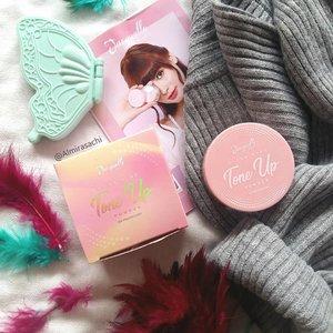 New Post!  Kali ini aku akan bahas Tone Up Powder dari @jacquelle_official yang aku dapetin dari #socobox. Gimana hasilnya? Yuk baca reviewnya di blog aku, kalian bisa klik link yang ada di BIO💜  #SOCOBOXxJACQUELLE #SOCOID #jacquelle #powder #makeup #review #beautyreview #beautybloggers #beautyblogger #beautyblog #beautyinfluencer #beautygram #flatlayoftheday #flatlays #flatlay #photography #beauty #clozette #clozetteid #beautiesquad