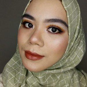 Hellow! #makeuplook kali ini keliatan bold banget ya beauties. Siapa tau jadi inspirasi makeup kondangan besok😂Eyelook nya aku pakai glitter dari @beautycreations.cosmetics splash of glitters 2 untuk kesan lebih glam. Next bakal aku tulis reviewnya di blog💐#beautycreations #makeuplooks #makeupinspiration #beautygram #beautybloggers #beautyblogger #beautiesquad #instabeauty #indobeautyblogger #indobeautysquad #indobeautygram #beautysocietyid #clozette #clozetteid #BCbabe