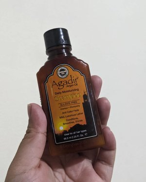 Who managed to conquer my frizzy curly hair? Argan Oil. I think I use argan oil on so many form. Shampoo, the actual oil, hair treatment, everything. MUST LOVE ARGAN OIL! Like this Agadir Shampoo I randomly pick at supermarket.  So happy to found this mighty shampoo, finally I have shampoo that easily bought at supermarket or drugstore! This shampoo still lather up enough bubble (not too much), but still soft enough on hair shaft. Didn't drag down my hair and smells so good! Even better, aside from the argan oil, this shampoo is sulfate free. So I didn't have to use conditioner again to have softer hair. It is so good I immediately buy the full-size after the first wash and pick some extras to stock. So much love!  #DinsVanitydesk #Shampoo #ArganOil #Haircare #ClozetteID #CurlyHair #CurlyHairCare