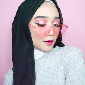 Biasanya aku suka susah banget buat eyeliner karna aku ga bisa gambar garis lurus dari jaman dulu, selalu mencong. Tapi aku nemuin eyeliner yang gampang dipakai karna ujungnya runcing dan pensilnya pipih. Soon, aku kasih tau ya eyeliner apa yang aku maksud. How's your Tuesday guys? ...@clozetteid #Clozetteid #peachyqueenblog #modestfashion #benefitindonesia @benefitindonesia