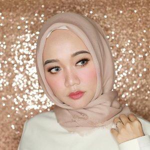 Gue : Kalo lagi bikin alis yang bener ya oke, kalo lagi mencong ya mencong 🤪🤪 .Nasib punya mata silinder 4, gak bisa ngegaris lurus wkwk.#clozetteid #chicwish #hijabers