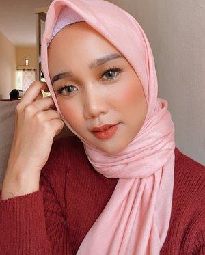 Biar feed nya Rapi-an dikit, 1 garis pakai baju merah 💃🏻 ..#makeuplife #makeupoftheday #hijabstyle #clozetteid
