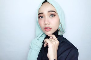 FRIDAY NIGHT OUT!!! Just kidding.. I'm in my pajamas main-main sama Ray yang lagi lemes 😅😅 . . . . @tampilcantik @indobeautygram @indobeautysquad @benefitindonesia  @clozetteid #clozetteid @undiscovered_muas @beautybloggerindonesia  #beautybloggerindonesia #indobeautygram #indobeautyvlogger #tampilcantik #indobeautysquad #hijab #hijabers #makeuphijab #makeuptutorial #makeup #makeupblogger #lakme #clozetteid #beautyvlogger #beautyvloggerindonesia #undiscovered_muas #muatribeid #nyxcosmeticsid