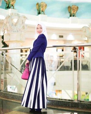 Tips kalau mau pakai tas berwarna terang adalah pakai outfit monochrome berwarna natural seperti hitam, putih, navy blue, abu2 atau coklat. Then you're set to go with your brightly coloured handbag 😉 . . . #simplycovered #hijabstyle_lookbook #hijabfab #hijabwear #chichijab #hijabdaily #makeupuntukhijab #hijabmakeup #muahijab @clozetteid #clozetteid #modestfashion #modestfashion #modest