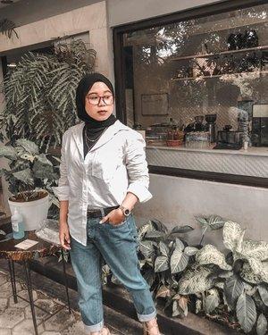 Kamu ngga mau nemenin aku photo disebelah apaa 🤭#morning #ootd #outfitinspiration #hijabootd #theshonet #clozetteid #womanmagazine