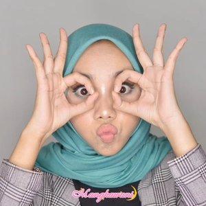 Kalau menggunakan makeup yang agak bold, entah kenapa saya merasa muka saya nggak cocok karena merasa galak banget. Ada yang yang merasa senasib? Hahaha... Mungkin harus balik ke makeup natural aja. Biar kelihatan ramah gitu... 🤣😂 Face- @benefitindonesia Happy Hello Foundation- @thesaemid concealer- @focallure loose powder- @wardahbeauty @wbhmakassar eyeshadow trio G (untuk countur hidung)- @makeoverid @makeovermakassar highlighter face- @focallure blush onEye- @beautyglazed eyeshadow palette- @essau.beaute auto brow pensil dan pen eyeliner- #maybellineindonesia mascara- @blinkcharm eyelashLip- @sophie.paris.id lipstick matte ⭐@Indobeautygram @mksvidgram @ragam_kecantikan @tampilcantik #IndoBeautygram #RagamKecantikan #TampilCantik #IBB #TutorialMakeup#MakassarBeautyGram #MksBeautyGram #BeautyBloggerMakassar #BeautyContentCreatorMakassar #BeautyEnthusiastMakassar #BeautyInfluencerMakassar #BeautyVloggerMakassar#BloggerMakassar#VloggerMakassar#ContentCreator#ContentCreatorMakassar#ClozetteId#Clozette