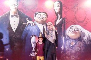Screening Film The Addams Family  Bukan cerita tentang Bella dan Edward, tapi kisah keluarga vampire yang mencoba hidup berdampingan dengan manusia.  Siang tadi bersama adek #dastannadhif menghadiri Screening Film The Addams Family dan dastan anteng banget nontonya sampai hambis, 1 box popcorn ludes sebelum film selesai, bahkan minta nambah popcorn lagi.  Buat kamu penggemar film komedihoror, Film The Addams Family layak banget untuk ditonton bersama keluarga kamu, karena banyak value yg bisa diambil dalam film ini. Wednesday menjadi tokoh favorit saya dalam film ini, karena.. ngga mau spoiler ah, tonton aja ya di bioskop favorit kamu mulai tanggal 25 Oktober 2019.  @uipmoviesid  #meettheaddams #theaddamsfamilyxcid  #clozetteid