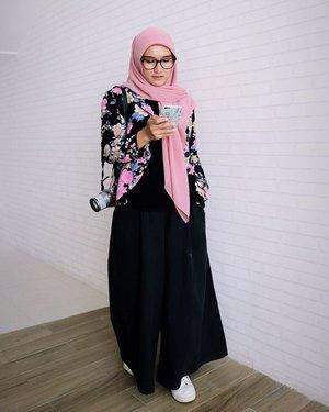 Kalo lagi pegang hape biasanya ngapain aja sih? cek wa, cek email, cek sosmed, baca artikel atau apa?#ellynurul #ootdellynurul #hijab #clozetteid