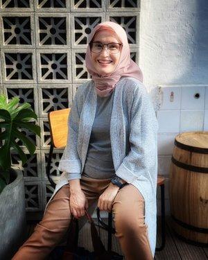 Infonya senyum adalah makeup terbaik, jadi.. aku pilih tersenyum ☺️ Selamat soreee semuanyaaa.. siapa yang menanti kehadiran pelangi sore ini cung ✋🏻sabar yaa sepertinya pelangi tidak muncul sore ini.. tapi kamu masih bisa melihat pelangi disenyumku 🤪 ((canda sore))📸 @desy_yuss #ellynurul #smile #positivevibes #positifthinking #positifenergy #positivity #mblocspace #styleinspiration #hijab #hijabstyle #clozetteid