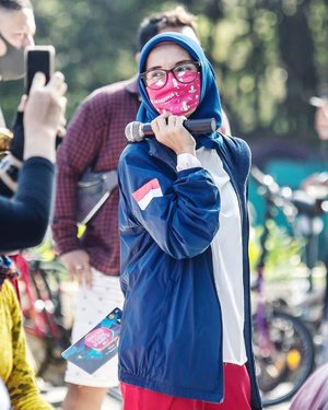 Suka sama yang candid gini.. walaupun kadang banyak failed gagara terlalu ekspresif 🤪Cuma mau ngingetin, tetap gunakan masker ya saat kamu keluar rumah.. selamat beraktifitas 🙏🏻☺️..📸 @desmanmendrofa ..#ellynurul #lifestylebloggers #hijab #clozetteid #pakaimasker