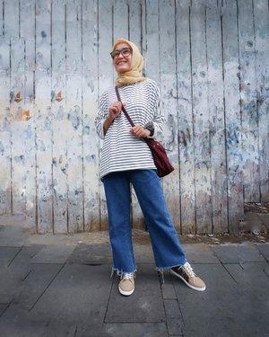 Hello Rabu..  Apa kabar? sedang apa? makan siang apa? abis itu mau ngapain? sapaan hangat aku untuk kamu semuaa.. semoga senantiasa sehat, positif dan lebih baik ya.. ☺️ . . 👚 @mahara.id  👖 @thisisapril_  👞 @thewarna  . . . #ellynurul #ootdellynurul #clozetteid #hijab #ootdhijab #ootdhijabindonesia #styleinspiration #styleinspiration #maharaladies #thewarna #thisisapril