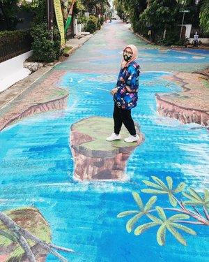 Terus melangkah, apalagi bersama kamu.. iya kamu..Welcome September 😉..🧥 @remembermeofficial_ ..#ellynurul #ootdellynurul #hijab #clozetteid #museumbasukiabdullah #art #mural #muralart #musbadul