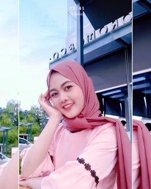 Yah gini cewek, kalau ga pegang pipi ya pegang kepala 😂Gaya selfie sakit gigi dan kepala 🤣#ClozetteID #hijabfashion