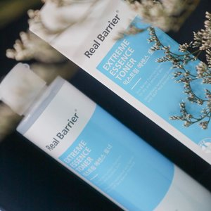 If I look back into my skincare shelves, I can find myself obsessed with toners. And this part 3/5 will be @realbarrier 𝐄𝐗𝐓𝐑𝐄𝐌𝐄 𝐄𝐒𝐒𝐄𝐍𝐂𝐄 𝐓𝐎𝐍𝐄𝐑*.   This innovation from #realbarrier is such an answer to those who doesn't like to put many layers of skincare on their routine. This toner is the combination in between essence and toner that you will get double benefits, moisture and nutrition.   The texture is more into viscous with broken white color and smell citrusy. Even so, this toner absorbs fast to skin, like I don't feel I have apply this, very light upon usage.   Enriched with hyaluronic acid for moisturize the skin and some of natural oils such as sunflower seed oil, citrus oil and lavender oil. They also added ceramide to strengthen the skin barrier and other formulas like panthenol, allantoin and madecassoside to soothe the irritated skin.   I incorporate with this toner on AM and PM and using 2 layers for morning and 3 upto 7 layers at night. Sometimes, my skin needs more hydration at night. I don't feel any sticky feeling even after 7 layers of use, yet hydrating and my skin feels bouncy.  It housed in plastic bottle with fliptop cap and weight 190 ml. It retailed for USD 25 and of course you can get it  @stylekorean_global .  *PR/Gifted for reviewing purpose. All opinion is based on my own experience.  #stylekorean #stylekorean_global #realbarrier #TrymeReviewme #skincare #dryskin #dehydratedskin #cathyangreview