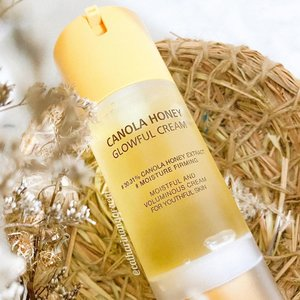 Part (3/3) Here comes to the final review for @theyeon Canola Honey series and now let's give time for 𝐂𝐚𝐧𝐨𝐥𝐚 𝐇𝐨𝐧𝐞𝐲 𝐆𝐥𝐨𝐰𝐟𝐮𝐥 𝐂𝐫𝐞𝐚𝐦 *. 🍯𝗪𝐡𝐚𝐭 𝐢𝐬 𝐢𝐭?Glowful Cream is the honey moisturizer that gives skin hydration to another next level, firming and rejuvenate. 🍯𝐈𝐧𝐠𝐫𝐞𝐝𝐢𝐞𝐧𝐭𝐬Contains 30% of Canola Honey extract as the star ingredient. It also has dimethicone, the source of the smooth texture of the cream when applying to skin.🍯𝐏𝐚𝐜𝐤𝐚𝐠𝐢𝐧𝐠Comes in airless pump bottle, it's quite convenience to use. Inside the bottle there's 100ml of Glowful cream which it's a huge size for a single cream. Just like the essential serum, there's no closure for the mouth of the pump. 🍯𝐓𝐞𝐱𝐭𝐮𝐫𝐞 & 𝐒𝐜𝐞𝐧𝐭It has transparent gel texture with thick consistency. However, it glides smoothly and so easy on skin. The finish is so satisfying, my skin looks so glow and bright. The scent is the same with the other two products and it's so joyful. 🍯𝐓𝐡𝐨𝐮𝐠𝐡𝐭This cream is surely the last step to use on the routine. Around 2 to 3 pumps to cover my entire face and neck, this Glowful cream only be used at night. This cream is so rich with nutrients, my skin wakes up in the next morning with the glow 🍯𝐅𝐢𝐧𝐚𝐥 𝐭𝐡𝐨𝐮𝐠𝐡𝐭I've been using them non-stop for around two weeks and my skin is pretty happy with this range. They prove their promises in moisturizing, hydrates, improve skin barrier and glow. So far, there's no bad reaction once I use this whole series. I do have some active acnes but it's from monthly hormonal. Meanwhile for firming or anti-aging claims, two weeks isn't enough to see the result. But I will keep update it.  *𝘗𝘙/𝘎𝘪𝘧𝘵𝘦𝘥 𝘧𝘰𝘳 𝘱𝘶𝘳𝘱𝘰𝘴𝘦 𝘳𝘦𝘷𝘪𝘦𝘸𝘈𝘭𝘭 𝘵𝘩𝘦 𝘳𝘦𝘷𝘪𝘦𝘸 𝘪𝘴 𝘣𝘢𝘴𝘦𝘥 𝘰𝘯 𝘮𝘺 𝘰𝘸𝘯 𝘦𝘹𝘱𝘦𝘳𝘪𝘦𝘯𝘤𝘦 #cathyangreview #nearndearid #theyeoncanolahoney