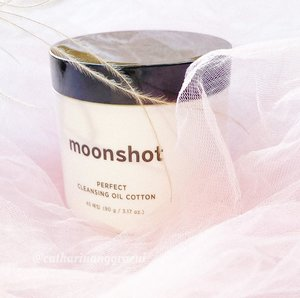 I might have tried and seen some of moisturizing or exfoliating pads out there, but for cleansing oil pads, it's somewhat different. So, for the cleansing lines @moonshot_idn comes with 𝐏𝐞𝐫𝐟𝐞𝐜𝐭 𝐂𝐥𝐞𝐚𝐧𝐬𝐢𝐧𝐠 𝐎𝐢𝐥 𝐂𝐨𝐭𝐭𝐨𝐧*. It's a cleansing cotton pads which has function as a makeup remover in one step. About moonshot skincare products, I personally already used some, such as UV Bounce and UV Fixer sunscreen and I like how they perform to my skin. And now, it's time to try their cleansing pads.Made from 100% pure cotton, they have thick and soft texture. Their double-sided texture reminds me with waffle, yea they look alike. These 45-pads are packed in white plastic jar and pre-soaked with the mixed of cleansing oil and cleansing water which both work together to remove every trace of makeup.A single cleansing pad enriched with the 𝘏𝘺𝘢𝘭𝘶𝘳𝘰𝘯𝘪𝘤 𝘈𝘤𝘪𝘥 𝘊𝘰𝘮𝘱𝘭𝘦𝘹 (HA, Hydrolyzed HA, Sodium Hyaluronate, Sodium Hyaluronate Crosspolymer) wherein these formula provide moisture and strengthen the skin penetration. It also contains a 𝘮𝘪𝘤𝘳𝘰 𝘰𝘪𝘭 𝘤𝘰𝘮𝘱𝘭𝘦𝘹 which consists of olive oil, argan oil and green tea with the benefit of giving nutrition to the skin. Thanks to these formula, as this cleansing pad prevent my skin from dryness after use, instead it leaves my skin moist. I've been using this cleansing pads every night as my first cleanser. I'm pretty surprise how powerful this single pad in erasing makeup from the whole face. It also does a good job in removing my stubborn waterproof mascara, all transferred to the pad with an ease. The embossed surface also helps exfoliate skin in a mild way. My skin always feels fresh afterwards.In addition, whenever I wear heavy makeup, I always use two pads, first pad is to remove the makeup and second pad is to remove any residue that might still stick on my skin. After all is clean, I will continue to my second cleanser. Have you ever tried this type of cleansing oil cotton?*𝘗𝘙/𝘎𝘪𝘧𝘵𝘦𝘥𝘈𝘭𝘭 𝘳𝘦𝘷𝘪𝘦𝘸 𝘪𝘴 𝘣𝘢𝘴𝘦𝘥 𝘰𝘯 𝘮𝘺 𝘰𝘸𝘯 𝘦𝘹𝘱𝘦𝘳𝘪𝘦𝘯𝘤𝘦#cathyangreview #clozette