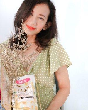 I love to experience with any of body wash in any variants, but then again I always find my way back with the old one and it's @lux_id.Aku sudah lama banget pakai sabun LUX karena memang pilihan variant mereka yang banyak dan juga menyegarkan. Sekarang ini LUX hadir dengan wajah baru yaitu 𝐋𝐔𝐗 𝐁𝐨𝐭𝐚𝐧𝐢𝐜𝐚𝐥𝐬 yang sudah dilengkapi dengan formula baru yaitu Vitamin C Essence dan Floral Beauty Oil yang akan membuat kulit kita lembut dan juga glowing. Disini mereka menghadirkan 7 variant yaitu :🌸 Sakura Bloom🍋 Yuzu Blossom🍇 Magical Orchid🌹 Soft Rose🕊 Velvet Jasmine🐤 Bird of Paradise🧚🏻♀️Camellia WhiteAku sendiri udah cobain yang variant Yuzu Blossom dan ini wanginya sangat menyegarkan sekali karena wangi citrusnya itu  yang membuat tubuh menjadi rileks kembali setelah seharian beraktivitas. Kulitku juga terasa lebih halus, sehat dan terlihat lebih cerah.Kalian sudah coba Lux Botanicals dengan variant terbaru blm dan lebih suka variant yang apa? Thank you @clozetteid and @lux_id .#LUXBotanicalsXClozetteID #LetsGlowWithLux #LUXBotanicals #ClozetteID