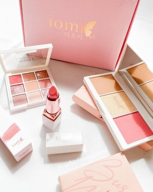 It's the Christmas bundles i need from @iomibeauty. What came in the box are :🌷3in1 Face Palette - Aurora Bloom🌷Eyeshadow palette - Burgundy Mauve🌷Moisture Matte lipstick - 02 AlunaCan't really wait to play with them all.#cathyangreview #iomibeauty #clozetteid