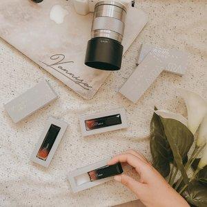 Dua warna baru dari @arra_beauty yang review detailnya sudah tayang di blog aku #vannysarizdotcom . . #clozetteid #clozetteidreview #clozetteidxarrabeauty #flatlay #makeupflatlay #skincareflatlay