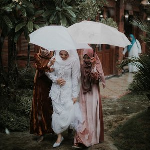 02.02.2020 #RoadTWOtheAisleMy TWO bestfriends walk me down the aisle 👰🏻I never imagined.. the rain falling could give such a warm and beautiful picture like this 🍃 #VannyGotAPie ..#clozetteid