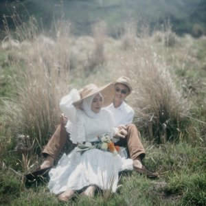 Love the vibes 🍃 ...#clozetteid #vintage #storytellingphotography #preweddingphoto #prewedding #kinfolklife #kinfolk #preweddingbromo #bromoprewedding #sbybeautyblogger  #hijabbloggerindonesia #surabayainfluencer #surabayablogger #influencersurabaya  #bloggerid #훈녀 #훈남 #팔로우 #선팔 #맛팔 #좋아요 #셀카#셀피 #셀스타그램 #얼스타그램 #일상 #vannygotapie