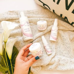 Yang cari Brightening Skin Care wajib baca postingan blog aku yang baru nih.. Disitu aku bahas detail produk-prosuk dari @official.tryme x @sbybeautyblogger . . #clozetteid #sbbreview #trymexsbb #flatlay #skincareflatlay #makeupflatlay #brighteningskincare
