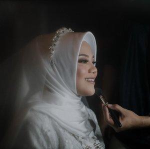 My bestfriend does my wedding makeup 😂 sygnya ga Live IG 🤣🤣🤣 krn hectic n poho pisan yh el @naeldepraya MUA & Hijab Do by @naeldepraya Attire @byvannisa x @risnayustiani Nails by @nail_byaisha Captured by @nuansa.image Venue @pendopo_andaru ...#clozetteid