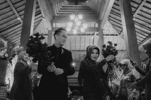 02.02.2020R E D  R O S E S 🥀Melambangkan cinta yang sejati. Cinta sejati dari keluarga, sahabat dan kerabat yang selama ini diberikan kepada kita berdua ❤️ And dried rose Boutonnieres yang aku sematkan berharap cinta kita kekal abadi selamanya *azeeekkkkk 🌝 Selain itu warnanya dried rose yang mulai menggelap cocok sama Party Dress Aku 😜Pokoknya concept A sampe Z tidak lain tidak bukan aku yang buat 🙃🙃 smpe kesepatu2 baju daleman segala, dan setiap sudut di pejuru venue, itu aku yang buat.APAKAH ACARA KEMARIN ADA MINUSNYA ? Oyaaaaa~ jelaslaaah gada acara yang sempurna yah.. Acara kemarin minus di penerima tamu aja sih.. yang ga responsif dan kurang bertanggung jawab atas brief yang aku kasih 😤 Dan aku juga udh kelupaan gaminta tim aku buat ngawasin mereka. Karena hectic booo' maklum ngurus sendiri. Padahal dua dr mereka udh ada yang ketemu langsung dan tugasnya jelas aku kasih tau apaan. Tapiiii~~~~ dilapangannya gada yang ngawasin jd ya gt.. harusnya Guest List mereka yang pegang. Eehhh malah tamunya suruh ngisi sendiri. Yakalo itu tamu ngisi sendiri aku pke buku tamu aja dong.. Jadi missednya yang di penerima tamu aja sih.. Aku gtau gmn ceritanya. Tapi yang jelas mengecewakan aku wkwkwkwkwkww 🤣🤣 Yang terpenting adalah.. Semua tamu yang datang dan pergi gada yang kelaparan!! Itu PENTING! Kebayangkan ngeselinnya kondangan klo makannya abis ? Nahh itu yang dihindari sama aku dan keluarga jadi sampai tamu pulangpun makanan di atas maupun di 2 ruangan VIP dan VVIP masih buwaanyak banget. Sampe standfood aja masih sisah2. Jadi klo buat hajatan makanan itu crucial banget ya gengs. JANGAN SAMPE KEABISAN!..Manage & Concept by @awahita.studioVenue & Catering @pendopo_andaruBrides Attire @risnayustianiMUA @naeldeprayaAccesories @naeldeprayaNails by @nail_byaishaGroom's Shoes @kokufootwearMother's & Sister Attire @rajinrapi_tailor Photo & Video @nuansa.imageBand & Sound by eL and Friends @megasamuelperkasaMC @erwinsiddhartha_mcDecoration @ryandecoration Boutonnieres @awahita.s