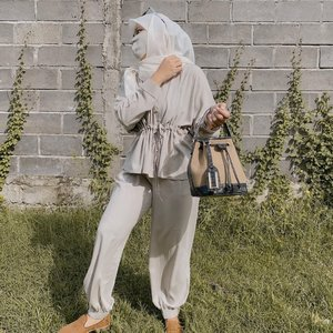 Koleksi baru udh ada, tapi blm bisa jualin sekarang.. karena akhir bulan ini otw mobalik~ barang udh pada di packing 🙃 greget banget pengen jualan buru2.. Yang sabar yah cust sayang 😘..#clozetteid #ootd #sbybeautyblogger #hijabbloggerindonesia #surabayainfluencer #surabayablogger #influencersurabaya  #bloggerid #훈녀 #훈남 #팔로우 #선팔 #맛팔 #좋아요 #셀�ᅡ#셀피 #셀스�ᅡ그램 #얼스�ᅡ그램 #일상  #jakartabeautyblogger #bloggerjakarta