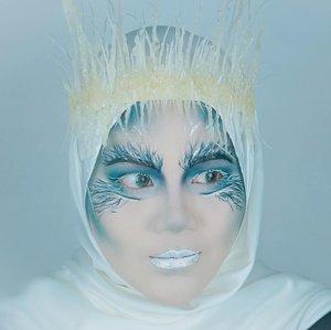 Disney Villain Edition..Kali ini aku jadi salah satu Villain dari Narnia ❄️ JADIS si White Witch 🌊 Karena aku berhijab jadi ga mirip klo aku terlalu ngikutin makeup looknya White Witch yang amat sangat NATCUREL 🙃 .. Jadi disini aku mewakili amarah dan kekuatan si White Witch di makeup aku. Senjata yang paling ditakuti adalah tongkat sihirnya, yang sihirnya mampu mengubah orang menjadi batu.  Sisa-sisa musuh yang membatu menghiasi aula kastilnya. 🧝🏻♀️DISNEY VILLAIN1. @mgirl83 - Anastasia Tremaine2. @aiyuki_aikawa - Scar 3. @hincelois_jj - Sherekhan4. @auzola - ursula5. @banieun08 - Cruella6. @gadzotica - Jafar7. @leonita_wenny - Maleficent8. Lena - gothel9. @ochix_zakiyah -evil queen10. @chelsheaflo - Queen of hearts11. @cynthiansunartio - Drizella Tremaine (cinderella's step sister) 12. @anitaa_bee - Tamatoa13. Vannisa - White Witch14. @just_luthfii - Yzma15. @z3ndylicious - Lady Tremaine (ibu tiri)#clozetteid #disneyvillain #disneyvillaincollab #jadisnarnia