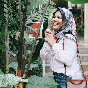 "@gadzotica : ""Van gaya tangannya coba kaya peri hutan"" @ollabecky : ""Hah ? Peri hutan ? Kaya nari gt tangannya ? Gamau ah""...#clozetteid #hijabers #hijabfashion #sbybeautyblogger #influencersurabaya #influencer #beautyblogger #beautybloggerid #훈녀 #훈남"