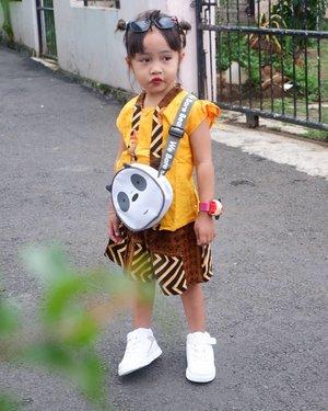 Hello wednesday !!OOTD andien lagi mau ke undangan nih, pake setelan batik, sepatu dari @toezoneid , tas dari @minisoindo, jam tanggan beli di pasar malem, dan gak ketingalan kaca matanya biar gak silo liat jalan😁😁.#ootd#ootdkids #ootdstyle #ootdbatik #toezoneid #minisoindonesia #clozetteid #clozetteootd