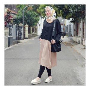 Easy Sunday ..Wearing Two Tone Top from @rabiyaratunisa White Shoes from @brshoes_Scarf @selembarscarf 💛💛💛#larasatiiputristyle #ootd #hijabstyle #hootdindo #clozetteid #clozetteambassador