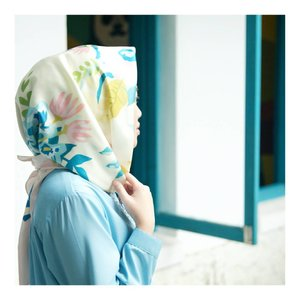 She believe she could,so she did 💙 . . Printed scarf @dnc_apparel  #larasatiiputristyle #hijabstyle #hijabdaily #clozetteid #clozetteambassador 📷 @diana_dnc