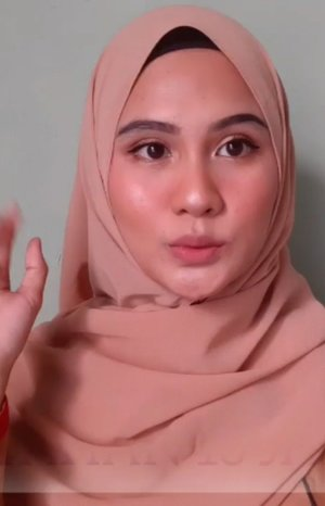 Finally yeeaayy aku bisa bikin tutorial meap yang banyak diminta sama temen2 nih karna ini bisa awet sampe 13 jam tanpa kertas minyak cuma touch up lipstik aja dan udh kena air 3 kali 🤩yang paling aku takjub adalah eye makeup yang stay dan complexion ngga ceplak ceplok cem telor dadar... makeup ini ngga sengaja ditemukan karna iseng aja pas ikut event dari jam 07.00 dan aku jalan2 dulu sampe jam 21.00 ... ♡ PRODUCT USED : ▪@vaselineid repairing jelly▪@zoyacosmetics sunscreen cream spf 35 PA+++▪@paccosmetic studio coverage hydrating primer▪ @maybelline Fit me matte + poreless shade 220▪ @marckscosmeticind loose powder shade creme▪@eminacosmetics creamatte tumblewood (sbg cream blush)▪ @catrice.cosmetics sun glow matte bronzing no 030 medium bronzer▪ @makeoverid Riche Glow face highlighter▪ @riveracosmetics eyebrow pensil shade grey▪ @inezcosmetics color contour plush eyeshadow 05 venice (sbg eyeshadow & contour hidung)▪ @pixycosmetics eyeliner pensil black▪ @silkygirl_id big eye mascara shade black▪ @vrcosmeticsid lip cream nude shade 01#cchannelbeautyid #cchannelfellas #indobeautysquad #bloggerperempuan #homakeupstory #beautyguruindonesia #indomakeupsquad #teambvid #beautychannelid #hijabersbeautybvlogger #bunnyneedsmakeup #beautybloggertangerang #beautysecretsquad #clozette #clozetteid #indobeautygram #tampilcantik #inspirationmakeupwr @inspirationmakeup_wr @tampilcantik @indobeautygram @indobeautygram @bvlogger.id @beautytalk_indo @cchannelbeautyid