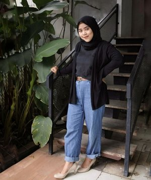 Dulu selalu mikir kalo pake t-shirt dan jeans pasti look keliatan boyish jadi selalu pake sneakers. Tapi kesini-sini makin berani explore dan pas dicoba ternyata bagus juga dipakein heels! Menurutku, fashion itu ga ada patokannya. Makin explore, makin berani jadi bisa nemu signature style kamu kaya apa.#Clozetteid #hijab #style #ootdindo #ootd