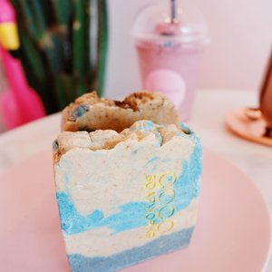 """Oct 20, 2018Havin' a really nice meal with a piece of cake 🍰.Oops just kidding ! 🙈Ini adalah sabun dari @cocosoapworks. Aku dapet 2 varian yaitu Papua Coffee (coklat) dan Coco Vanilla (biru). Semua sabun cocosoapworks terbuat dari minyak dan bahan alami loh. Tidak mengandung SLS / Parabens / bahan kimia berbahaya lainnya, selain itu pewangi dan pewarnanya juga aman, jadi gausah khawatir 👌.☕ Papua CoffeeNah produk yang satu ini ga hanya mengandung Papua Coffee, tapi juga ada sentuhan peppermint 🙈 nah buat kamu yang punya jerawat di badan, bisa banget deh cobain ini 😍 Karna produk ini cocok digunakan untuk kulit yang berjerawat hihi. Oh ya, buat kamu yg suka wangi kopi, ini WANGI BANGET. Jamin 👌.🍦Coco VanillaProduk yang ini wanginya yampun, ku cinta banget paraahhhh .. wanginya bikin relax dan pasti kalian betah mandi lama"""" 😍.Nah karna wanginya yang enak dan bentuknya yang super lucu, ini pas banget buat jadi souvenir entah itu buat nikahan atau kado hihi. Love ! ❤️.#beautygoersid #beautygoersxcocosoap #cocosoapworks."""