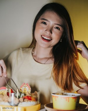 Jan 17, 2021 Weekend gini enaknya nyobain makanan dari pemenang Master Chef Indonesia ya ! Nah kali ini aku coba 2 menu dari @siguurih.id by @fanimci5.  Pertama ada Sicrispy Cake - Chicken, menurutku ini cocok banget sih buat kalian yang nyari kue ulang tahun tapi savory. Isinya ada nasi yang ditumpuk dengan telur dadar *3 tumpuk nasi*, nori, ayam, kremesan, potongan cabe, timun dan 2 saus sebagai pelengkap.  Ayamnya menurutku gurih banget, dan sausnya juara sih. Saus kejunya light banget jadi gabikin eneg. Saus siguurih juga bikin rasanya jadi makin kaya. Oh ya meskipun merah, saus Siguurih ini ga pedes sama sekali ya hehe. Harganya dibawah 200rb loh !  Nah yang kedua, aku coba Signature Rice Bowl Kulit Sikeju, kulitnya menurutku garing dan ga berminyak. Saat dicampur saus keju, dan saus siguurih rasanya jadi makin enak, apalagi pakai nasi hangat. Harganya juga cukup affordable loh, yaitu 25 ribu aja.  Hayoo ada yang udah nyobain ? #Siguurih #SiguurihID  #mci #mci5 #ricebowl #foodporn #Clozette #ClozetteID #Food #KulinerJakarta #kuliner #siguurihselalunagih #siguurihjakarta