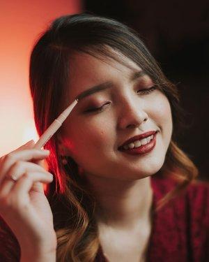 Feb 15, 2021Ada yang lagi cari produk alis ?Nah aku mau rekomen salah satu pensil alis yang cocok banget untuk kamu yang baru mulai belajar ngalis. Produk ini tipe yang warnanya bisa di build, alias ga bakal ngeblock. Kita bisa atur intensitasnya, dan hasilnya juga natural banget hihi.@marshique_official Skin-fit Flat Auto Eyebrow Pencil Terdiri dari 3 warna :1. Ash Gray : Cocok untuk rambut gelap2. Rose Brown : Cocok untuk rambut coklat warm3. Golden Brown : Cocok untuk rambut coklat lightAku paling suka warna golden brown, soalnya pas banget dengan warna rambutku ^^Where to buy ?https://hicharis.net/NataHsu/1sDa#charis #charisceleb @charis_official @hicharis_official @marshique_official #marshique #eyebrowpencil #koreaneyebrow #naturaleyebrow #clozette #clozetteid #jakartabeautyblogger #beautybloggerindonesia