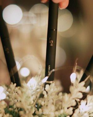 """Jan 5, 2020 Menyambut tahun baru dengan produk alis baru ! Sekali coba @madebyruna Polaris Brow Definer langsung jatuh cinta, gapake boong.  Produk ini tuh 3 in 1, ada spoolie, eyebrow pencil dan sponge tip applicator (ada powdernya).  Tersedia dalam 3 warna yaitu : SELENA GREY : agak abu"""" LUNA LATTE : coklat muda EUROPA BROWN : coklat tua  Tekstur produknya smooth, gambar bingkai alis jadi gampang banget. Terus tinggal isi dan blend alisnya pakai powder sponge tipnya. Terakhir rapiin deh pake spoolienya biar ga nge'block (spoolienya ga kasar sama sekali, lembut gitu). Ngalis jadi super ez dan effortless ! 😭  Warnanya juga menurutku bisa diatur tebel tipisnya, jadi bisa disesuaikan sama keinginan hehe. My fav warna Luna Latte, natural bgt hasilnya ❤ Kalau kalian suka yg mana?  #ClozetteID #Clozette #Beauty #Eyebrow #LocalBrand #EyebrowPencil #EyebrowMatic #beautyblogger #beautybloggerindonesia #jakartabeautyblogger"""