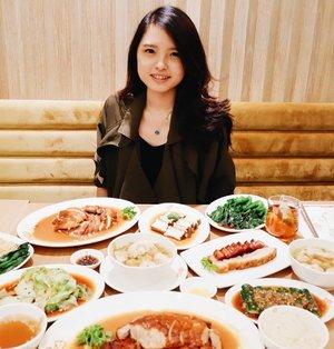 "Oct 22, 2019Yey, have a nice lunch guys !Kemarin aku dan temen"" food blogger lain mampir ke @kamsroast.id.FYI, Kam's Roast has been awarded 1 star in the Michelin guide Hong Kong. Can you imagine how good it would be ? HihiDisini aku cobain beberapa menu, yaitu pecking duck, pork, tahu, mie, pangsit dan beberapa macam sayuran. I really recommend you to try  their Pecking Duck and Pork ! It's totally good, dagingnya yang juicy dan rasanya yang pas bikin ga berenti ngunyah 😂 bebeknya juga ga bau sama sekali loh ~Pangsitnya jg menurutku enak, ada udang + bawang putih yang dibalut lembaran pangsit yang lembut. Oh ya aku kira sayurnya tipe yang plain ga banyak rasa tapi ternyata bumbu sayurnya enak, berasa banget. So rich with oriental taste ! Mungkin kalian yg ga suka sayur tetap bisa nyicipin ini hihi.Psstt, kamu bisa pilih nasi putih, nasi hainam atau mie untuk karbonya ya 💕Overall, I really enjoy my dinner last night 💕NOTES : NON HALAL 🐽#kamsroastid #foodporn #clozette #clozetteID #beautiesquad #setterspace #beautybloggerindonesia #beautybloggerid #bloggerceriaid #bloggerceria  #bloggermafia #beautynesiamemberblogger #charisceleb #beautygoersid #bloggerperempuan #sociollabloggernetwork #vsco #vscocam"