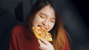 """Oct 16, 2020Welcome weekend !Oke juga nih menyambut weekend sambil makan @pizzahut.indonesia #Funbox.Nah kali ini aku mau #FunboxingPH. FYI, FunBox ini cuma bisa take away ya ! Kalian bisa pesen langsung di tempat atau pesen lewat aplikasi kayak aku, biar pas kita dateng ya tinggal ngambil aja hihi.Uniknya, cover box Pizza Hut ini bisa gerak gitu loh. Kalian tinggal scan boxnya menggunakan IG filter AR Spot The Fun dari @pizzahut.indonesia 🙌.Oh ya, menurutku harganya juga affordable bgt, cukup Rp 99.000 kita bisa dapetin Chocolate Toast, Chicken Sticks, Tuna Puff dan Pizza yang berbentuk kotak. Terdapat 3 pilihan topping untuk Pizzanya yaitu Swiss Beef Mushroom, Sweet Honey Wiener (beef/chicken) dan Tuna Mentai.Untuk pizzanya aku pilih topping tuna mentai. Rasa tuna yang fresh dibalut dengan saus mentai dan keju mozarella emang pilihan yang tepat haha.Oh ya aku juga dapet 4 pcs Coca Cola gratis. Cocok banget deh buat dimakan rame"""" bareng keluarga 🙌Yuk ikutan #FunBoxingChallenge 👌�"""