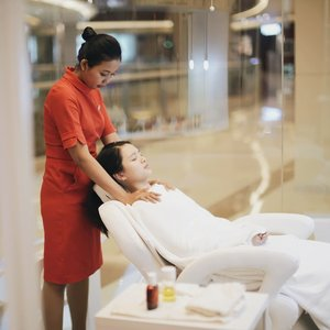 """Aug 7, 2018 If you need a face or body treatment, but you're in a hurry, then @clarinsclub.id Open Spa is the right treatment for you ! 😂 Psst it's located at @pacificplacemall 1F ❤️ . There's a lot of treatment like """"Say No to Tension"""", """"Bye Dry Skin"""", """"Eye Must"""" and etc . I've tried """"Say No to Tension"""" at Open Spa. It's 30 minutes treatment that full of massage from head, shoulder, and hands. It will make you feel so muchhh relax ❤️ . Full review on my blog soon 👌 stay tune at #sprinkleofaindotcom . #ClarinsSkinSpa #ClarinsJakarta #ClarinsSpaPP #pacificplacejkt #ClarinsIndonesia #SpaJakarta #Clarins #SpaLover #Beauty #OpenSpaTreatment #ToBeABetterYou"""