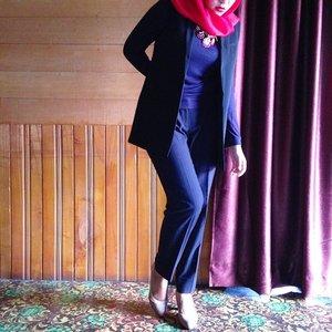 BRIGHT RED Scarf #dianpelangi  Boyfriend vest #mango Pinstripe pants #mango Top #riswari #ootd #outfitoftheday #wiwt #whatiworetoday #lookoftheday #hijabi #hijabers #hijabstyle #hijabfashion #muslimfashion #workingoutfit #suit #lookbookNU #lookbook #ClozetteID #red #black