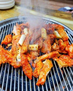 The Best chicken barbeque from Nami Island, wajib kalian coba kalau pergi kesana yaaa :).#timetravel #wheninkorea #seoul #namiisland #akudankorea #kekoreaaja #iseoulu #autumn #fallinkorea #youdeservetobehappy #holiday #shortescape #travelmatestories #workwithhappy #playwithhappy #neverstopplaying #dearbeautylove #clozetteid #zilingoid #lookbookindonesia #ootd #popbelaootd #changedestiny #daretobedifferent #borntolead #ajourneytowonderland #like4like #january #2019