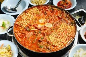 . Siapa yang ngga suka Budae Jjigae? Wahh ini menu kesukaan aku juga apalagi kalau cuaca lagi dingin-dinginnya butuh kehangatan dari kuah yang berisi mie instan, daging olahan, kimchi, dan sayuran . Kuah merah pedas dijamin bikin badan kamu jadi hangat dan berenergi. Kalian tahu ngga kalau makanan ini dulu sering disajikan pada masa perang Korea, makanya arti nama dari Budae Jjigae ini adalah Sup Militer 🥘  have you tried? . 🇰🇷 @ktoid #timetravel #koreanfood #budaejjigae #visitseoul #akudankorea #kekoreaaja #ktoid #wowkoreasupporters #welcomespring #workwithhappy #playwithhappy #neverstopplaying #dearbeautylove #clozetteid #zilingoid #foodies #foodporn #foodphotography #foodgasm #loveyourself #speakyourself #neverafraid #changedestiny #daretobedifferent #borntolead #ajourneytowonderland #like4like #march #2020