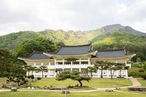 .Annyeong jam 10 pagi di korea jalan-jalan ke Museum of Old Roads karena cuaca masih hangat jangan lupa menikmati pemandangan bukit yang indah ⛰.Mungyeongsaejae adalah rumah bagi pusat transportasi Haneuljae (salah satu jalan tertua di Korea, pertama kali didirikan pada tahun 156 M) yaitu pada Era Joseon, sampai akhirnya tempat ini terus meningkatkan signifikansi budaya untuk menyampaikan warisan tradisional kepada para pengunjung :).Where : 944, Saejae-ro, Mungyeong-si, Gyeongsangbuk-do.#timetravel #summer #mungyeong #visitkorea #seoul #akudankorea #kekoreaaja #ktoid #wowkoreasupporters #summerinkorea #workwithhappy #playwithhappy #neverstopplaying #dearbeautylove #clozetteid #loveyourself #speakyourself #neverafraid #changedestiny #daretobedifferent #ajourneytowonderland #like4like #july #2020