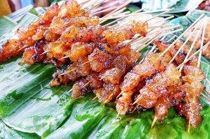 Jalan-jalan ke Beringharjo ketemu yang jualan sate dipojokkan dan ramainya tiada tara, akhirnya @imeldayha berhasil untuk mandatory food nya ! . #wheninjogja #timetravel #holiday #explorejogja #sate #beringharjo #beringharjomarket #culinary #indonesiacuisine #foodie #foodgasm #foodporn #foodlover #streetfood #streetfoodjogja #workwithhappy #playwithhappy #playwithstyle #neverstopplaying #dearbeautylove #clozetteid #changedestiny #daretobedifferent #borntolead #ajourneytowonderland #like4like #december #2017